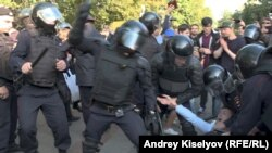 Избиение участников демонстрации в Москве