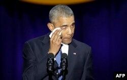 Ватандошларини демократияни ҳимоя қилишга чақирган Обама нутқи сўнгида кўз ёшларини тутиб туролмади.