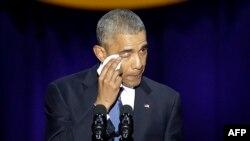 Presidenti Barack Obama, shpërthen në lot teksa mban fjalimin e fundit si president.