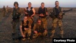 Іван Стасюк (на фота справа) з паплечнікамі з «Азова» на палігоне ў жніўні 2014 году