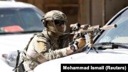 Një ushtar i huaj pozicionet gjatë sulmeve të 9 majit në Afganistan.
