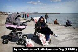 Рыбалка – семейный отдых: муж ловит рыбу – жена с ребенком отдыхают