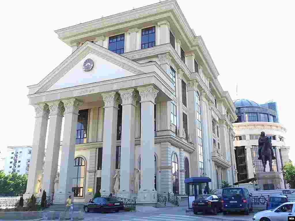 МАКЕДОНИЈА - Министерството за надворешни работи (МНР) потврди дека еден вработен во Министерството, кој во моментов е упатен во нашата Мисија во ОБСЕ во Виена, е притворен во Србија на 27 август 2021, за што Министерството за надворешни работи на Србија официјално ја известило македонската Амбасада во Белград.