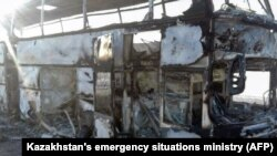 Сгоревший на трассе в Актюбинской области автобус. 18 января 2018 года.