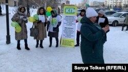 Активисты незарегистрированного движения «Көше партиясы» раздают листовки. Нур-Султан, 18 февраля 2020 года.