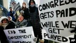 Angajați guvernamentali protestînd la Boston, ianuarie 2019