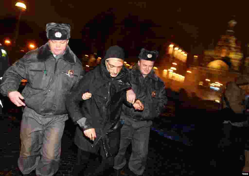 Несколько участников акции, включая Павленского, были задержаны. В отношении художника был составлен протокол об административном правонарушении, однако вскоре дело было закрыто за отсутствием состава правонарушения
