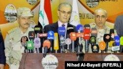محافظ كركوك نجم الدين كريم (وسط) يتحدث مع رئيس أركان الجيش العراقي الفريق بابكر زيباري (يمين) في مؤتمر صحفي سابق بكركوك