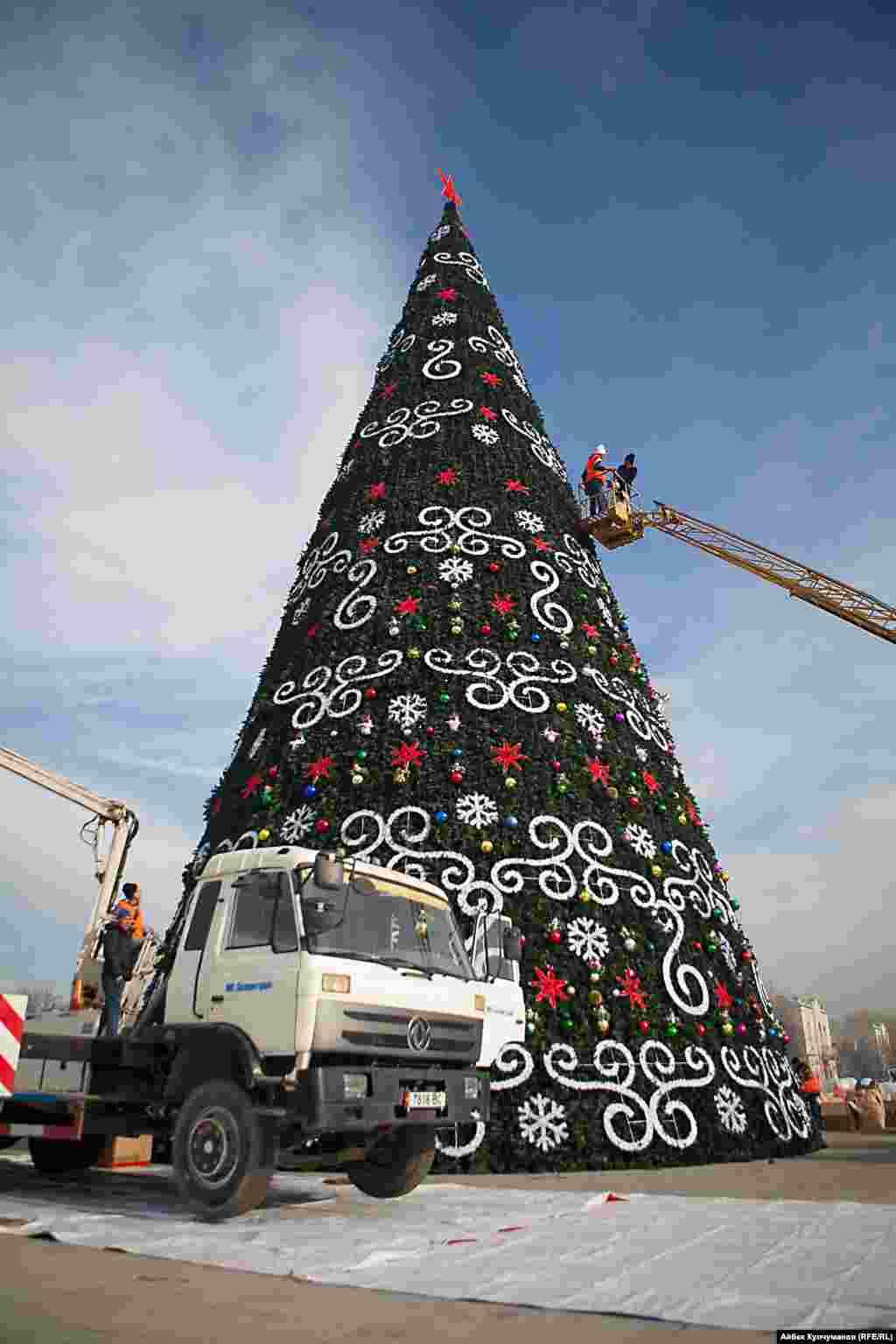 Новогодние елки также будут установлены возле филармонии, в парках и перед зданиями районных акимиатов