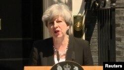 Премьер-министр Великобритании Тереза Мэй выступает с заявлением для прессы, 19 июня 2017 года