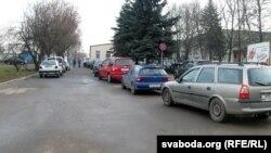 Чарга на станцыю тэхагляду на вуліцы Карскага ў Горадні