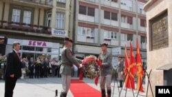 Претседателот Ѓорге Иванов положува цвеќе пред споменикот на Ченто во центарот на Скопје.