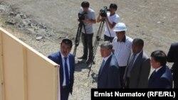 Президент Атамбаев Оштогу көпүрө курулушу менен таанышууда. 19-июнь, 2014-жыл.
