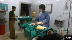 Сирийские врачи в госпитале близ Алеппо оказывают помощь пострадавшим (август 2016)