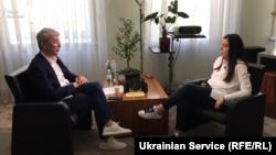 На думку Ткаченка, дискусії довкола мовного питання в Україні часто є поляризованими та не стосуються основної суті.