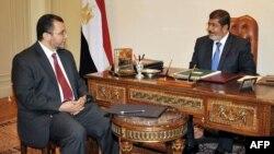محمد مرسی (راست) و هشام قندیل