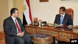 Президент Египта Мохаммед Мурси на встрече с премьер-министром Хишамом Кандилом