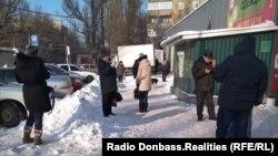 Люди ищут связь, микрорайон Текстильщик, Донецк, 25 января 2018 года