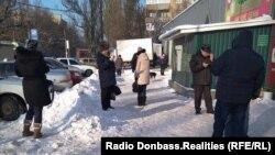 Люди шукають мобільний зв'язок, Донецьк, 25 січня 2018