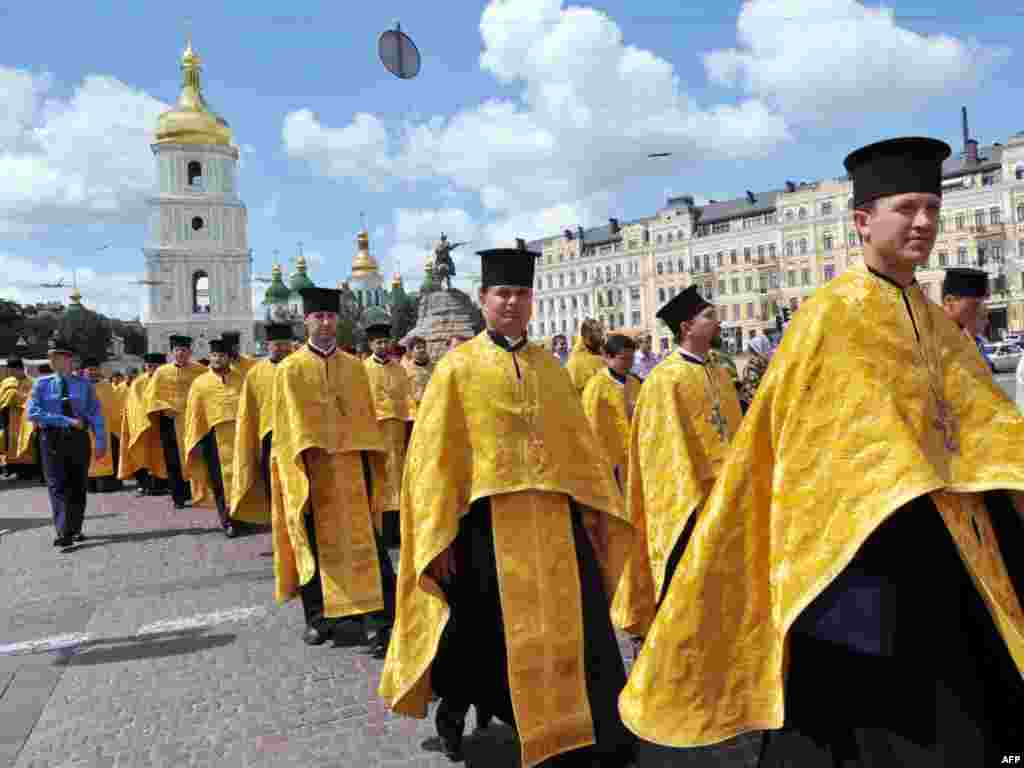 Ukraine -- Priests of Ukrainian autonomous Orthodox Church of Kiev's patriarchy march during a religious procession to mark St. Volodymyr day and against the visit of Russian Orthodox Patriarch, Kyiv, 28Jul2009 - UKRAINE, Kiev : Priests of Ukraine's autonomous Orthodox Church of Kiev's patriarchy walk on July 28, 2009 with some 5,000 followers during a religious procession to mark St. Volodymyr day in the center of Kiev and against the 10-day visit to Ukraine of Russian Orthodox Patriarch