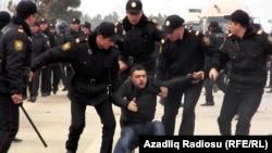 Полиция дүкөн ижарачыларынын митингин күч менен таратып жаткан учур. 19-январь, 2012.