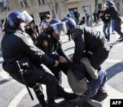 Bakı polisi müxalifətin aksiyasını dağıdır, 10 dekabr 2012