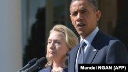 Президент США Барака Обама (справа) и Хиллари Клинтон в бытность государственным секретарем США.