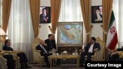علی شمخانی،دبیر شورای عالی امنیت ملی (راست) در کنار کریم سنجاری، وزیر داخله اقلیم کردستان