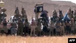 لقطة من فيديو بُثَّ على موقع (YouTube) يظهر فيه مسلحو تنظيم القاعدة في صحراء الأنبار