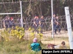 Стена на границе Венгрии и Сербии. Дети находятся на сербской стороне