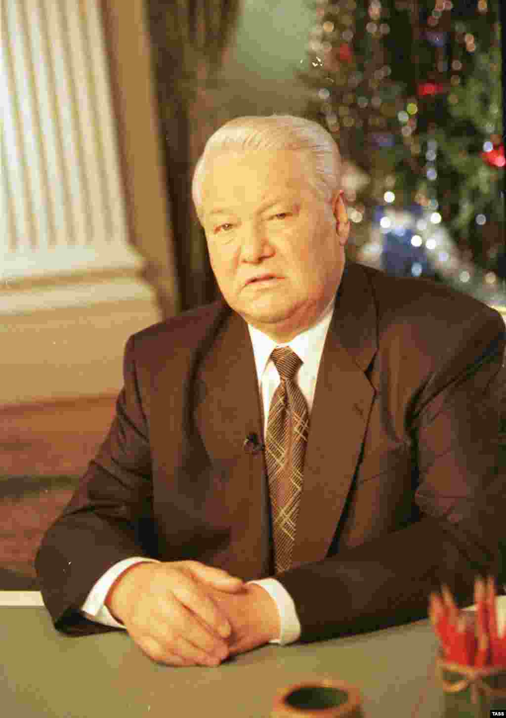Єльцин оголошує, що йде у відставку, 31 грудня 1999. - Russia – Politics – President Boris Yeltsin announces his resignation, 31Dec1999. Source: ITAR-TASS.