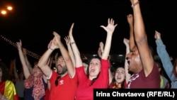 Футбольные фанаты на матче. Иллюстративное фото.