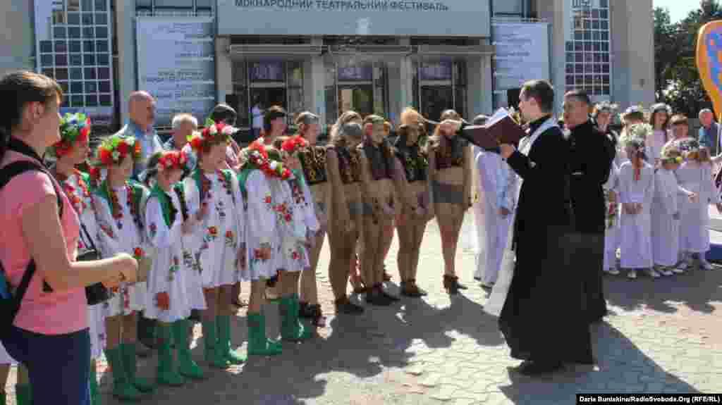 Освячення «диво-птаха» настоятелем Черкаської парафії Покрови Пресвятої Богородиці УГКЦ отцем Юліаном Шереметою