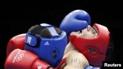 56 kq. çəki dərəcəsində yarışan boksçular: İrlandiyalı John Joe Nevin (sağda) və qazaxıstanlı Knat Abutalipov, London, 1 avqust 2012