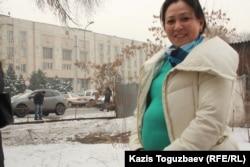 Декреттік төлемнің қысқаруына наразылық акциясына қатысушылардың бірі. Алматы, 20 ақпан 2013 жыл.