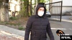 Спіробітник, який перевіряв температуру всіх візитерів МВС, не ставце робити з Котвіцьким