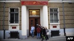 În fața sediului Băncii Corporative Comerciale (KTB) de la Sofia la anunțul falimentului acesteia în noiembrie 2014