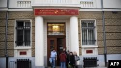 Сградата, в която се помещаваше фалиралата КТБ. Снимката е от времето, в което вложителите се опитваха да си изтеглят парите.