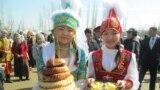 Нооруз (Улустун Улуу күнү) бир катар чыгыш элдеринде кеңири майрамдалды. Кара-Суу кыштагы, Кыргызстан.