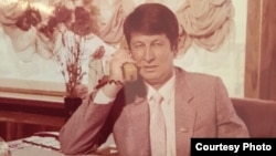 """Samandar Qoqonov, dubbed by his supporters """"Uzbekistan's longest-held political prisoner,"""" was arrested in July 1993. His supporters say that the embezzlement case against him was politically motivated."""