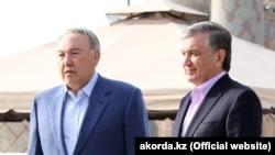 Kazakh President Nursultan Nazarbaev (left) with his Uzbek counterpart Shavkat Mirziyoev in the ancient city of Samarkand on March 21.