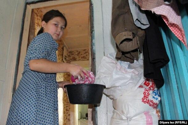 Ергашевтар отбасының үлкен қызы Салиха үй шаруасына болысып жүр. Покровка ауылы, Мамлют ауданы, Солтүстік Қазақстан облысы, 21 шілде 2016 жыл.