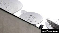 Əhalinin bir hissəsi peyk antenalarına, digər hissəsi də kabel televiziyalarına üstünlük verir