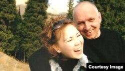 Әлия Тұрысбекова ері Владимир Козловпен бірге. Алматы, 2005 жыл. Жеке мұрағаттағы сурет.