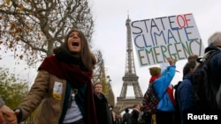 Активисты-экологи проводят акцию в день окончания конференции ООН по климату. Париж, 12 декабря 2015 года.