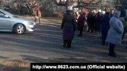 Жители Макеевки перегородили дорогу с требованием выдать талоны на бесплатную еду