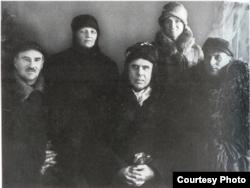Слева направо: главный районный агроном Летьен, врач София Давидовская, Теодор Драйзер, Рут Кеннел и местный сопровождающий. Сталино, декабрь 1927 года