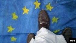 Pakistan - Məhəmməd Peyğəmbərin karikaturalarının dərcinə etiraz edən şiə müsəlmanları Avropa Birliyinin bayrağını tapdalayırlar, 22 fevral 2006