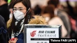 Рим әуежайынан Қытайға ұшатын рейске тіркелу кезегінде тұрған жолаушы. 31 қаңтар 2020 жыл.