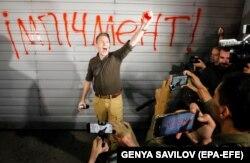 Під час акції протесту біля резиденції президента Володимира Зеленського в Конча-Заспі з вимогою його відставки після того, як українська сторона у Тристоронній контактній групі погодилася на спільну інспекцію з бойовиками в районі Шумів на Донбасі. Київ, 10 вересня 2020 року